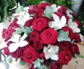 Aranzman 21 boks sa ruzama i orhidejma